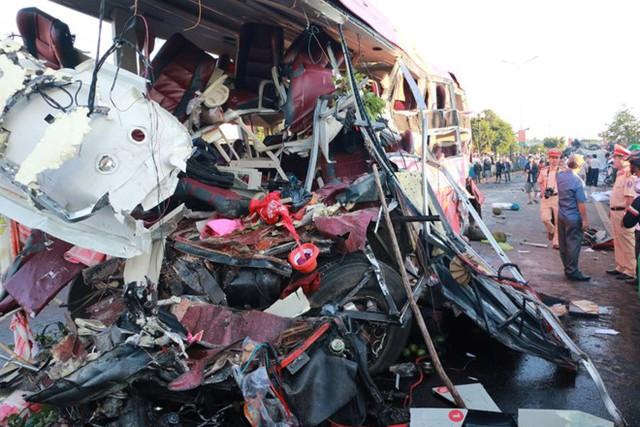 Xe khách giường nằm nát vụn sau vụ tai nạn. Ảnh: Minh Nhật.