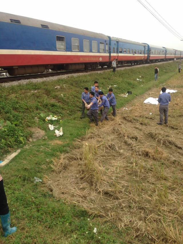 Kinh hoàng xe máy bị tàu hỏa đâm - 3 người tử vong