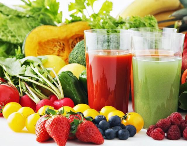 Uống nhiều nước, ăn hoa quả, rau củ cũng là một cách giúp cơ thể thải độc. Ảnh minh họa