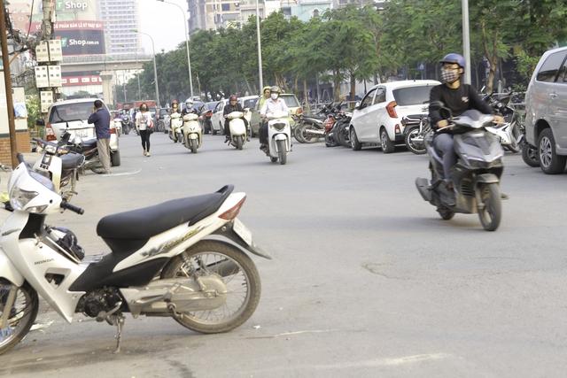 Một bãi xe tự phát trên đường Thái Hà.
