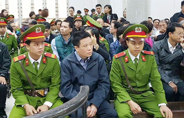 Hà Văn Thắm với gương mặt đăm chiêu trước tòa. (ảnh: HC)