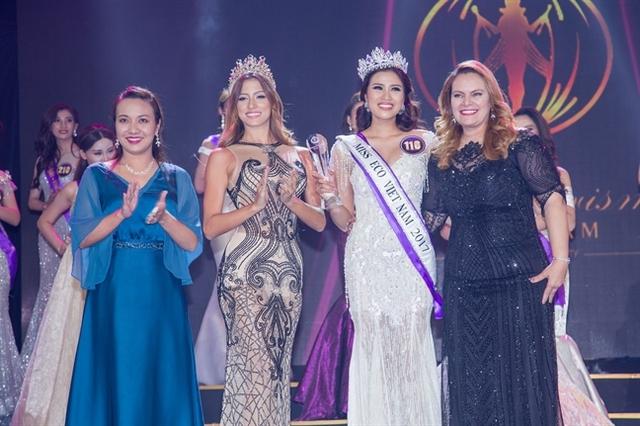 Chủ tịch Miss Eco International - Tiến sĩ Amaal Rezkchụp ảnh cùng Nguyễn Thị Thành sau đăng quang.