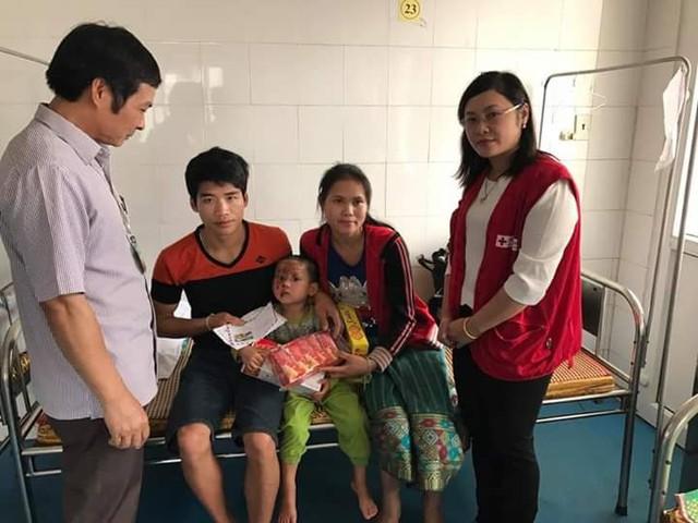Ngoài nhiệm vụ khám chữa bệnh cho người dân trong huyện, Bệnh viện Lang Chánh còn thường xuyên chữa trị miễn phí cho các bệnh nhân người Lào, hiện vẫn thiếu hơn 100 bác sỹ