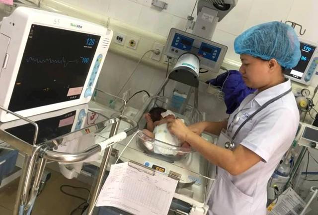 Sau khi thay 10 đơn vị máu, hiện tại 2 bé đã ổn định và được chăm sóc đặc biệt. Ảnh: Đ.Tuỳ