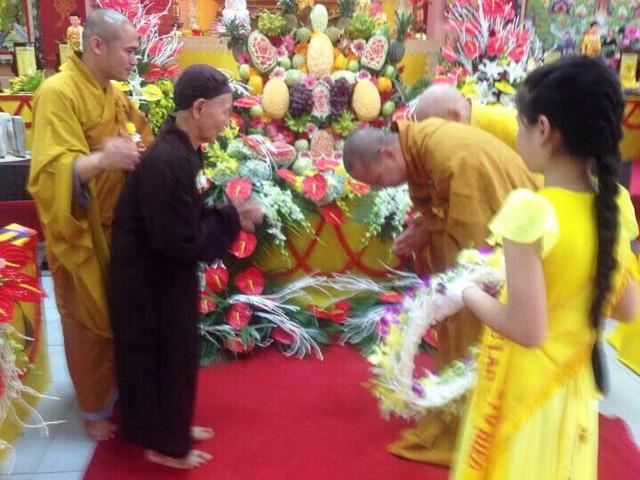 Đại đức Thích Thanh Phương vái mẹ dịp lễ Vu lan.