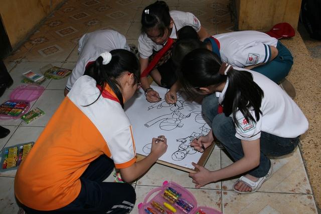 Trẻ em tham gia vẽ tranh dự cuộc thi Vẽ tranh Bảo vệ chăm sóc trẻ em năm 2016. Ảnh minh họa