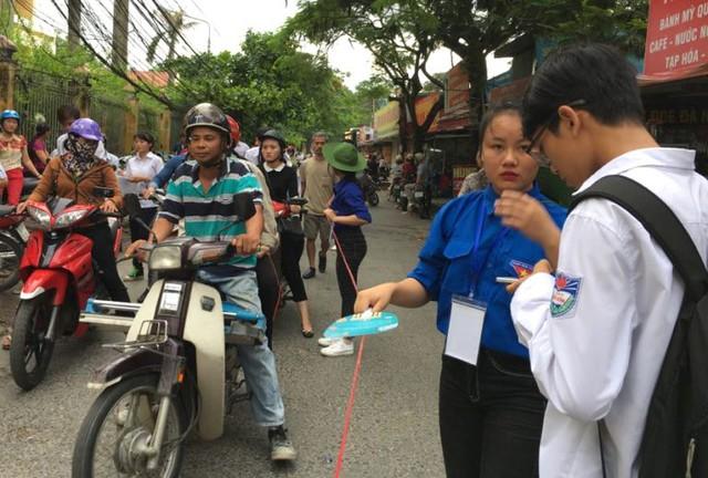 Lực lượng sinh viên tình nguyện giúp đỡ các thí sinh