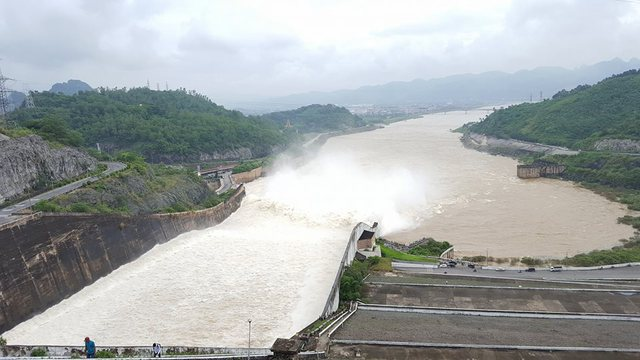 Lưu lượng nước lũ khổng lồ qua 2 cửa xả đập tạo nên cảnh tượng kỳ vỹ.
