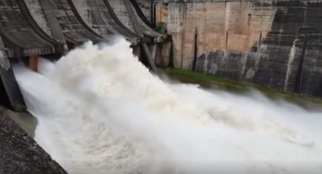 Lưu lượng nước khổng lồ chảy ra từ 2 cửa xả.