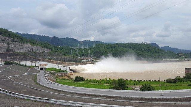 Nhìn từ xa, dòng nước hàng nghìn mét khối phun ra tạo thành dòng thác khổng lồ.
