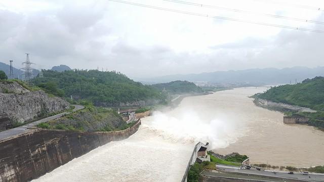 Đã 3 năm, thủy điện Hòa Bình mới xả nước lũ.