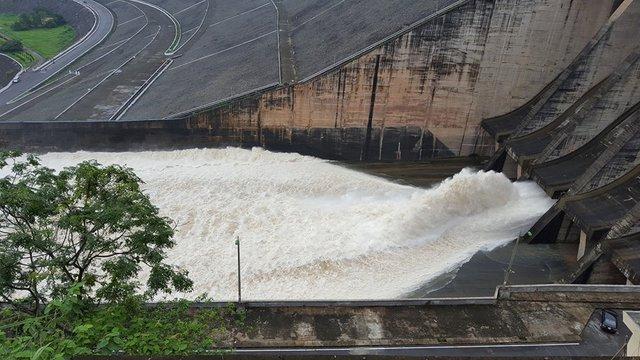 Đập thủy điện hiện tại chỉ xả 2/6 cửa đập xả lũ.