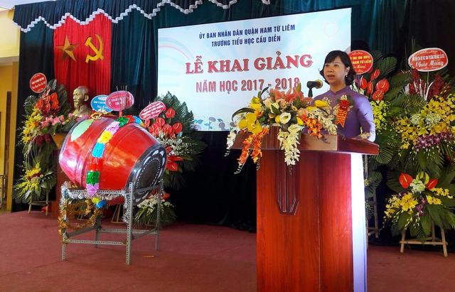 Cô Nguyễn Thanh Hà - Hiệu trưởng trường Tiểu học Cầu Diễn đọc diễn văn khai giảng năm học 2017 - 2018