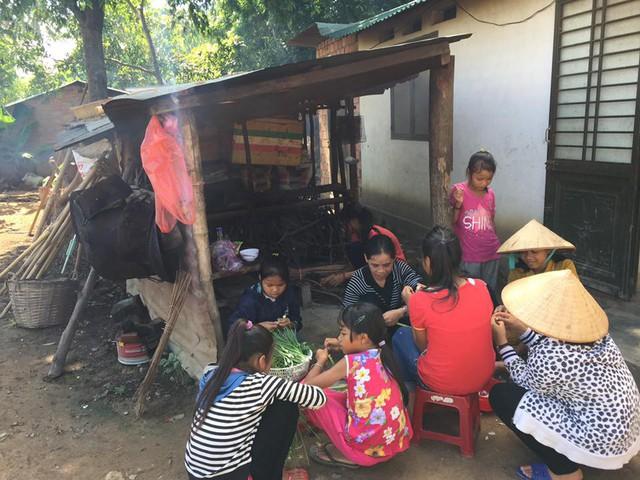 Thiện nguyện để chăm sóc từng bữa ăn cho trẻ.