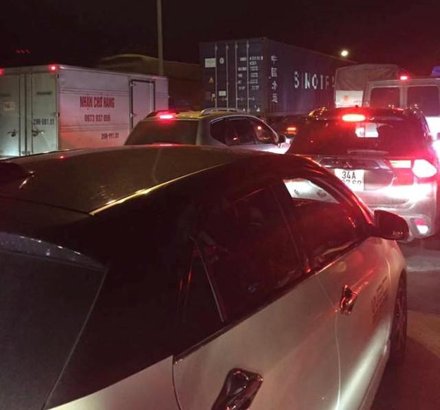 Vụ tai nạn giao thông khiến QL5 bị ùn tắc kéo dài. Ảnh: (Bạn đọc cung cấp)