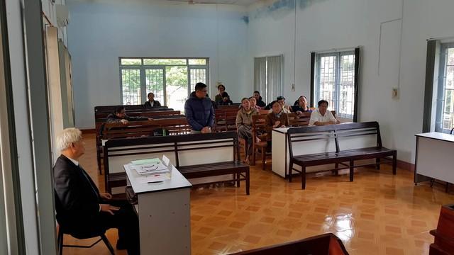 Vợ chồng ông Hoàng Quý và ông Bùi Văn Hòa (người đứng) trong phiên xét xử. (ảnh: HC)