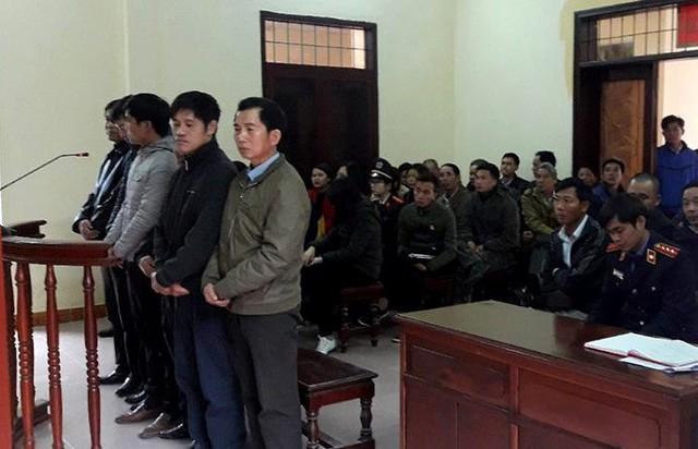 Các bị cáo tại phiên tòa xét xử sáng nay. Ảnh: T.Chung