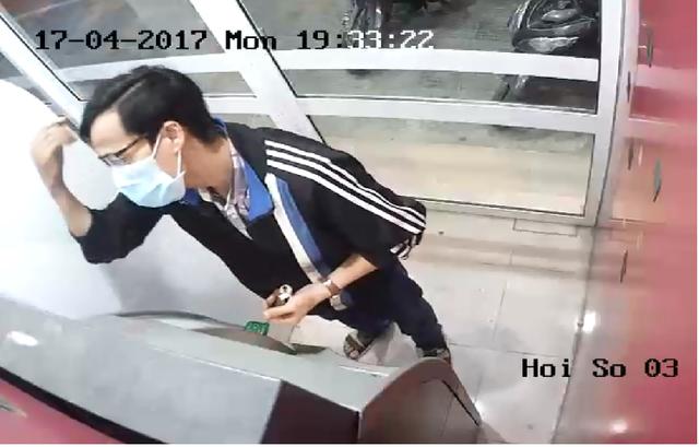 Đối tượng tình nghi đã rút sạch tiền từ thẻ ATM của nam sinh Sang.