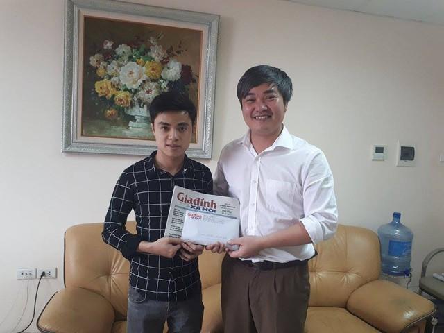 Ông Trần Tuấn Linh, Phó Tổng Biên tập Báo Gia đình và Xã hội trao tiếp 21.280.000 đồng của bạn đọc hảo tâm gửi thông qua tài khoản cho Hùng. Ảnh PT