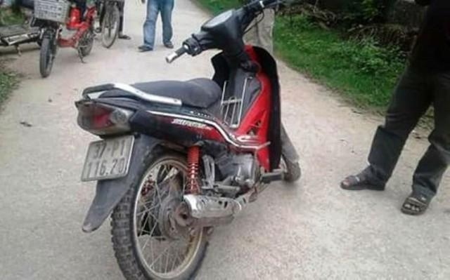 Xe máy của hai tên cẩu tặc bỏ lại.