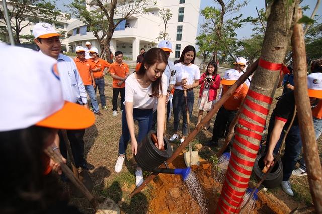 Trồng cây xanh tại Bệnh viện Ung bướu Đà Nẵng.
