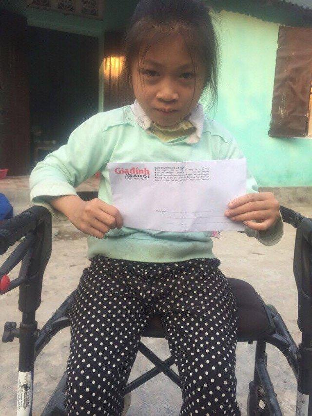Báo Gia đình & Xã hội đã trao tặng bé Lê Thị Thanh Trúc món quà do các độc giả của Báo quyên góp dịp Tết Đinh Dậu. Ảnh: A. M