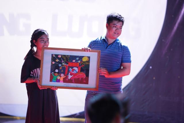 Bức tranh đoạt giải nhất của em Đinh Mai Trang (lớp 7A0) được mua lại với số tiền 35.000.000 đồng.