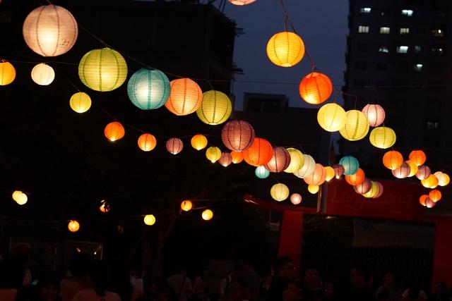 """Không gian đầy màu sắc trong đêm """"Trăng sáng trường Lương""""."""