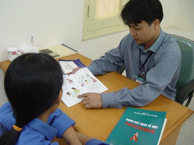 Tư vấn cách phòng, chống HIV/AIDS. Ảnh: Chí Cường