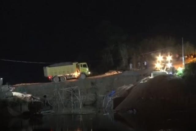 Đã xác định được danh tính 3 nạn nhân trọng vụ sập cầu, hiện công tác cứu hộ đang được tích cực triển khai.