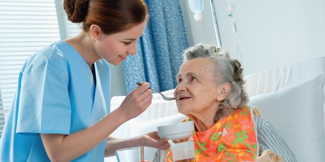 Việc chăm sóc người cao tuổi cần cẩn thận và chu đáo.
