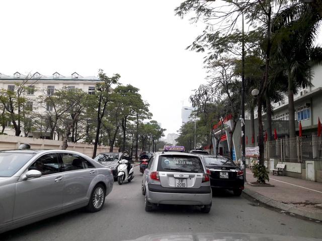 Việc đỗ xe tràn lan là tình trạng phổ biến ở các tuyến kế cận trục Xuân Thủy - Cầu Giấy như Trần Quý Kiên, Trương Công Giai...