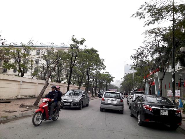 Xe ô tô dừng đỗ hàng đôi giữa lòng đường trước cửa trường cấp III Cầu Giấy.