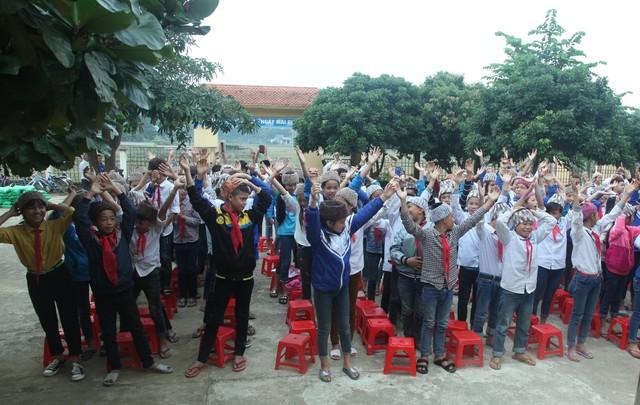 Niềm vui được nhận mũ len của các em học sinh trường THCS Tam Lư