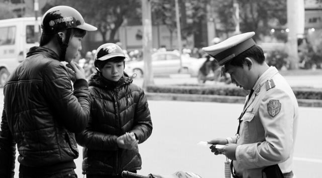 Chủ các xe môtô, xe gắn máy không làm thủ tục sang tên có thể bị phạt từ 100.000 - 200.000 đồng. Ảnh: Chí Cường