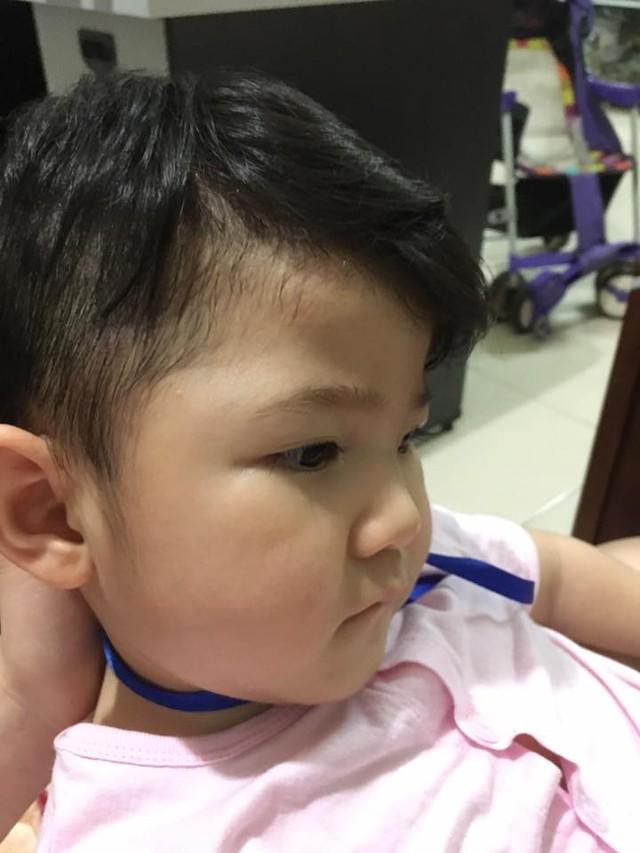 Phạm Thanh Tâm khoe hình ảnh bé Yến Nhi mới được cắt tóc. Trông cô bé thật cá tính, đáng yêu với kiểu tóc mới. Mẹ nuôi 9X xúc động chia sẻ đây là lần đầu cô tự tay cắt tóc cho em