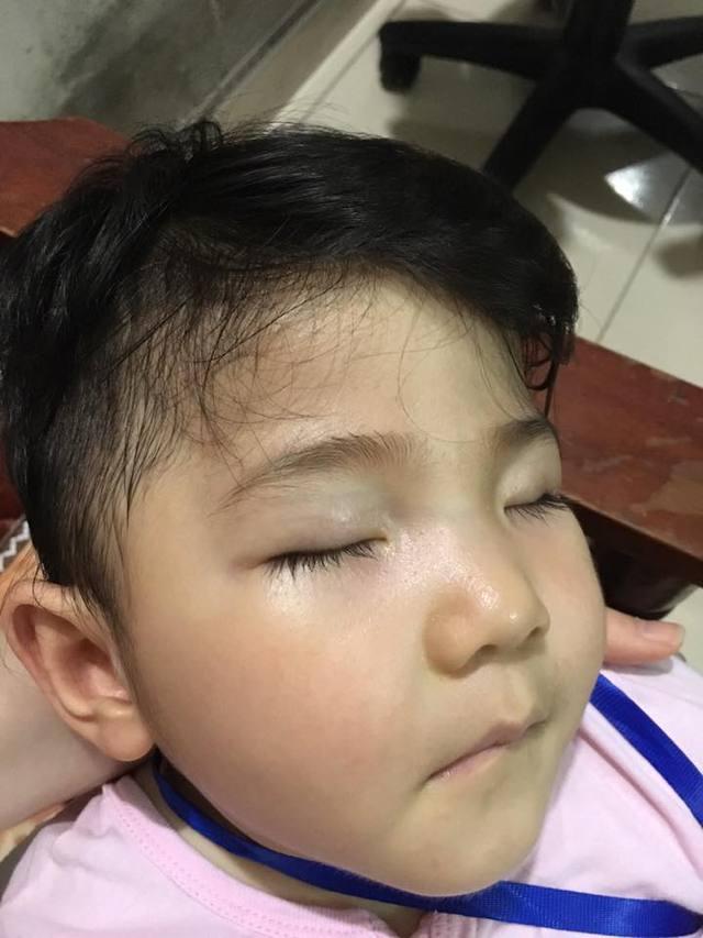 Yến Nhi ngủ ngon trong vòng tay mẹ, trông cô bé đẹp như thiên thần với làn da mịn màng và hàng mi cong dài.