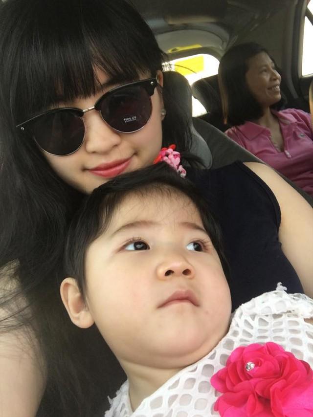 Trước đó, mẹ nuôi Phạm Thanh Tâm cũng khoe hình ảnh cô bé đeo nơ, mặc váy xòe đỏ. Hình ảnh của bé đã khiến cư dân mạng ngạc nhiên và phấn khích. Facebooker Bình Diện nhận xét: Yến Nhi mặc váy đỏ, nơ tóc trông xinh đẹp như nàng công chúa nhỏ vậy.