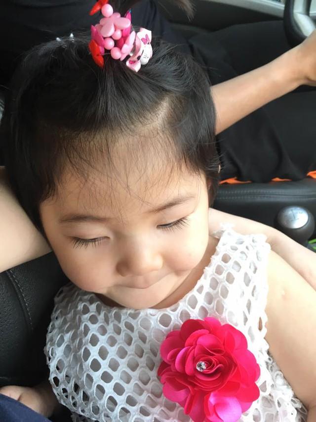 Thành viên Bích Đào Nguyễn bình luận: Nhìn con yêu quá! Con thay đổi từng ngày. Chúc cho con ngoan, hay ăn chóng lớn. Cảm ơn vì cuộc sống này còn có những điều khiến ta cảm thấy hạnh phúc đến vậy.