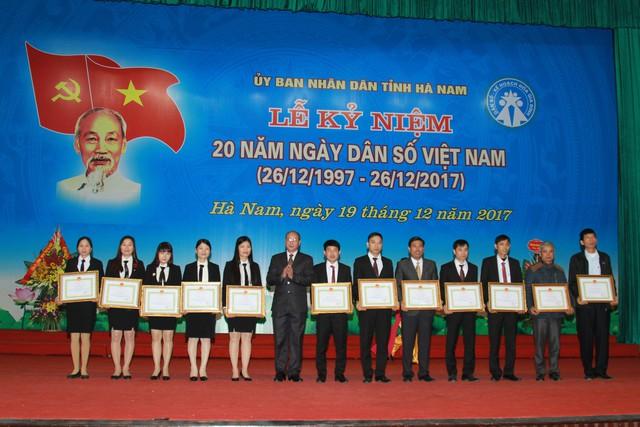 Thay mặt lãnh đạo Bộ Y tế, ông Nguyễn Văn Tân trao kỷ niệm chương Vì sự nghiệp Dân số và tặng Bằng khen cho tập thể và cá nhân có thành tích xuất sắc.