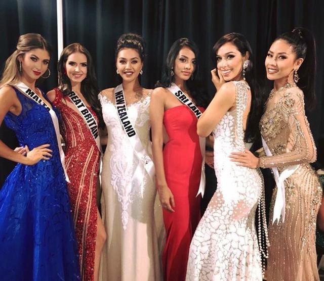 Nguyễn Thị Loan (ngoài cùng bên phải) và các thí sinh quốc tế
