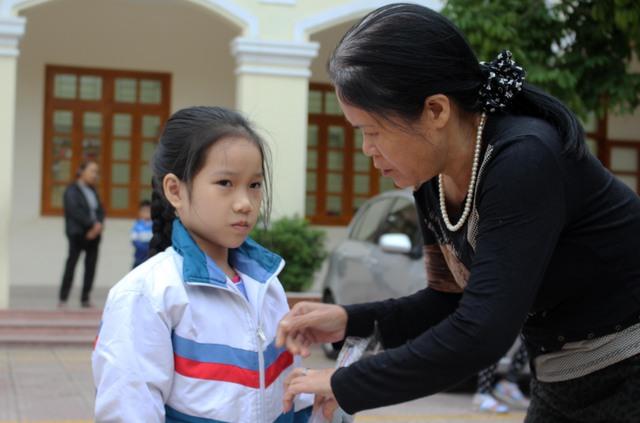 Bà Mai đang chăm sóc, đưa đón Thảo đi học. Ảnh: Minh Lý