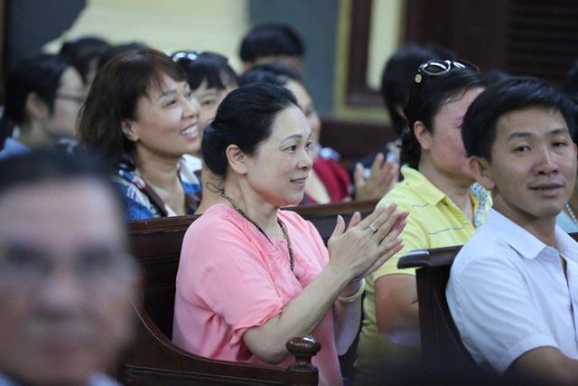 Mẹ của Phương Nga cùng một số người thân vỗ tay tại phiên tòa chiều nay. Ảnh: TTT