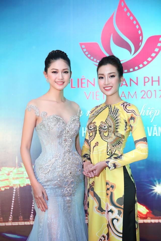 Hoa hậu Đỗ Mỹ Linh (phải) cũng có mặt tại LHP