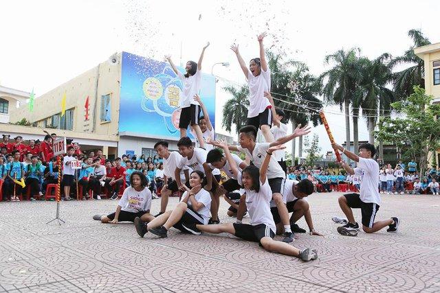 Các đội cùng thể hiện sự sáng tạo với phần nhảy tự chọn của mình. Ảnh: TNH