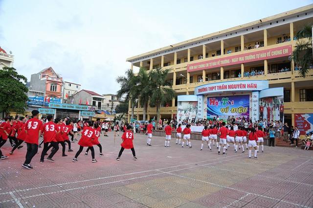 Học sinh các lớp lần lượt biểu diễn vũ điệu mang tên trường Trần Nguyên Hãn. Ảnh: TNH