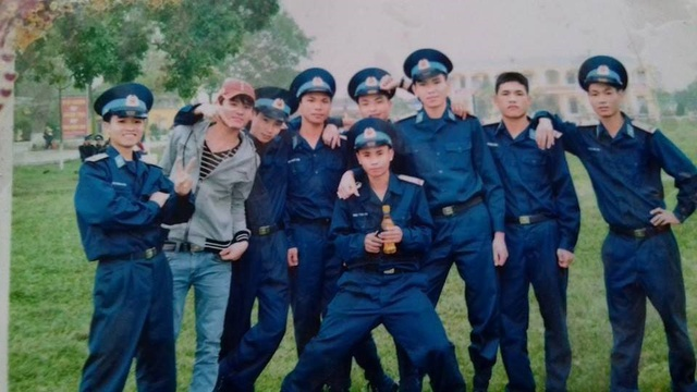 Vũ Đức Hạnh chụp cùng bạn bè khi đang thực hiện nghĩa vụ quân sự (đứng thứ 3 từ trái sang). Ảnh gia đình cung cấp
