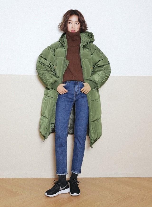 Chiếc quần jeans cắt gấu bụi bặm, áo len form rộng cổ lọ cá tính, khoác ngoài chiếc áo phao xanh rêu sẽ tạo nên một tổng thể cực chất - Ảnh: Internet