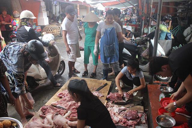 Đông đảo người dân đến mua thịt giúp chị
