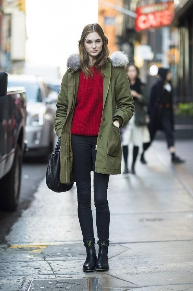 Một gợi ý tuyệt vời để bạn kết hợp cả hai màu sắc hot nhất mùa đông năm nay: Áo len đỏ, áo khoác kaki xanh rêu, quần jeans skinny và boots - Ảnh: Internet